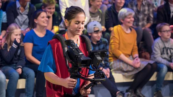 Kamerakind Antonia aus München/Deutschland hat die Kamera gut im Griff. | Rechte: ZDF/Ralf Wilschewski