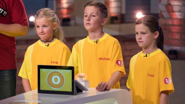 Die Kandidaten aus Gries am Brenner/Österreich warten gespannt auf die nächste Quizfrage. | Rechte: ZDF/Ralf Wilschewski