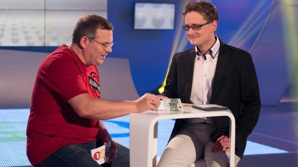 Wie man einen echten Geldschein erkennt, erklärt Sven Lilienthal, Falschgeldexperte der Deutschen Bundesbank. | Rechte: ZDF/Ralf Wilschewski