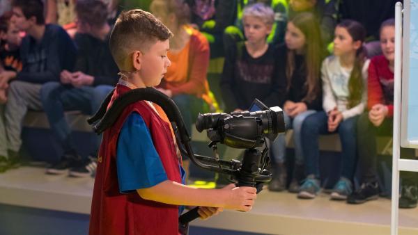 Kamerakind Raphael aus München/Deutschland führt die Kamera durch das Studio. | Rechte: ZDF/Ralf Wilschewski