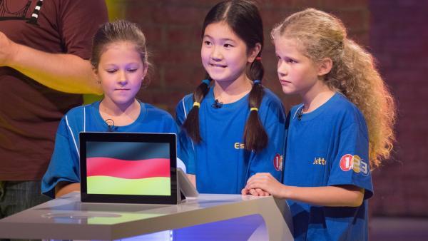 Die Kandidaten aus Speyer/Deutschland warten gespannt auf die nächste Quizfrage.   Rechte: ZDF/Ralf Wilschewski