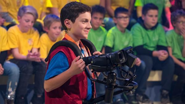 Kamerakind Saba aus Augsburg/Deutschland führt die Kamera gekonnt durch das Studio. | Rechte: ZDF/Ralf Wilschewski