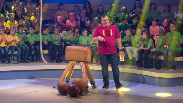 Ist der Sportunterricht heute noch genauso quälend wie früher? Elton hat das Reporterkind losgeschickt, um die Frage zu klären. | Rechte: ZDF/Ralf Wilschewski
