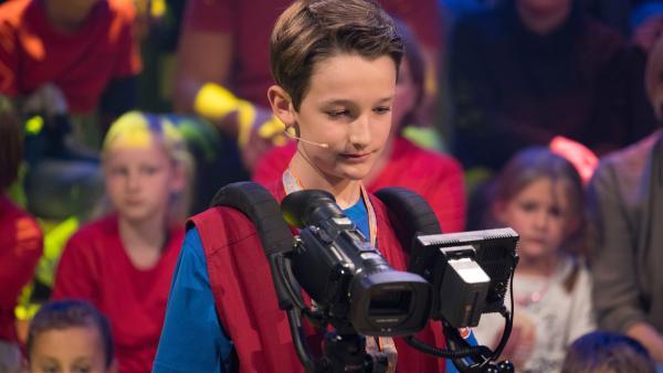 Kamerakind Leopold aus Münster/Deutschland führt die Kamera gekonnt durch das Studio. | Rechte: ZDF/Ralf Wilschewski