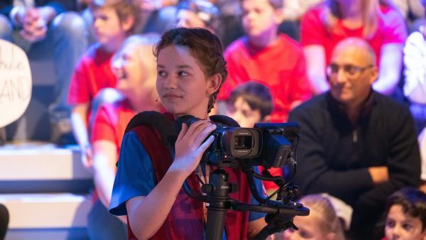 Kamerakind Lavinia aus Buch am Buchrain/Deutschland schaut sich nach der nächsten Drehmöglichkeit um.   Rechte: ZDF/Ralf Wilschewski