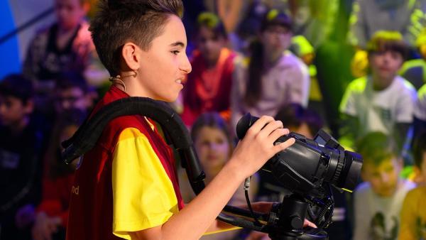 Kamerakind Konstantin aus Brunn am Gebirge/Österreich führt die Kamera gekonnt durch das Studio.    Rechte: ZDF/Ralf Wilschewski