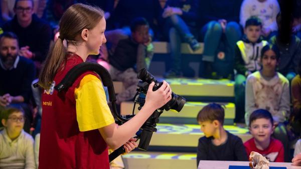 Kamerakind Judith aus Weißkirchen/Österreich hat die Kamera fest im Griff. | Rechte: ZDF/Ralf Wilschewski