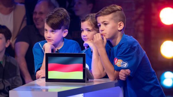 Die Kandidaten aus Grünkraut/Deutschland warten gespannt auf die nächste Quizfrage. | Rechte: ZDF/Ralf Wilschewski