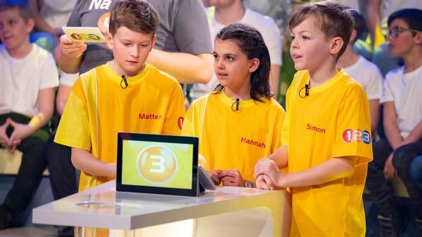 Die Kandidaten aus Nenzing-Halden/Österreich warten gespannt auf die nächste Quizfrage.    Rechte: ZDF/Ralf Wilschewski