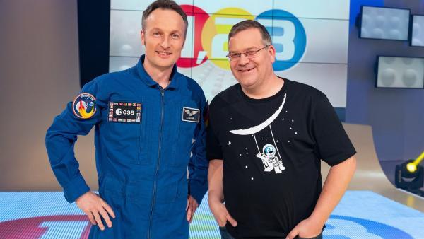Vor 50 Jahren betraten Menschen zum ersten Mal den Mond. Eltons Studiogast Matthias Maurer gehört zum ESA-Astronautenkorps und hat gute Chancen, auch ins All oder sogar zum Mond zu fliegen. Dort will er mithelfen, weitere künftige Aufenthalte auf dem Mond vorzubereiten. Was dafür benötigt wird und welche Erfahrungen aus früheren Missionen zum Erfolg beitragen können, ist Thema bei 1, 2 oder 3.  | Rechte: ZDF/Ralf Wilschewski