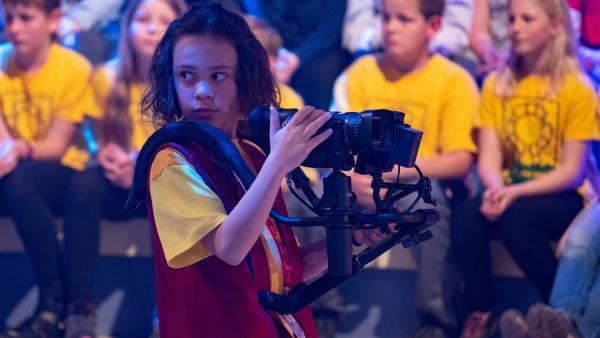 Kamerakind Paula aus Gschwandt/Österreich schaut sich nach dem nächsten Motiv um.  | Rechte: ZDF/Ralf Wilschewski