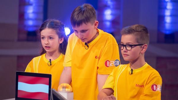Die Kandidaten aus Gschwandt/Österreich warten gespannt auf die nächste Quizfrage.  | Rechte: ZDF/Ralf Wilschewski