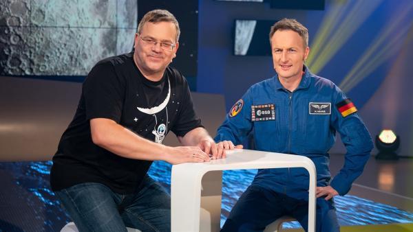 ESA-Astronaut Matthias Maurer wird vielleicht auf der geplanten Raumstation Gateway arbeiten. Wie sie aussehen soll und wer an der Entwicklung der Raumstation beteiligt ist, erklärt er Elton in der Sendung. | Rechte: ZDF/Ralf Wilschewski