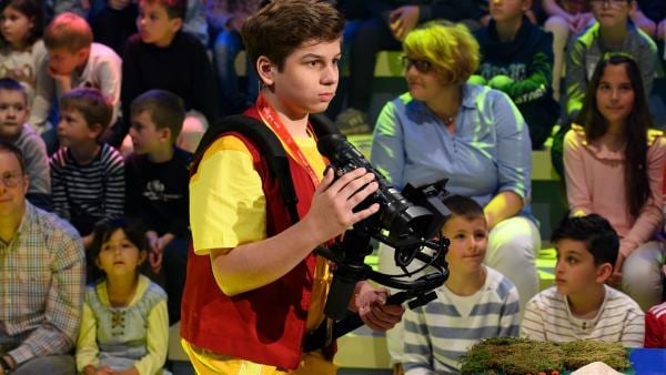 Kamerakind Finnur-Matteo aus Innermanzing/Österreich ist auf dem Weg zur nächsten Drehmöglichkeit.    Rechte: ZDF/Ralf Wilschewski