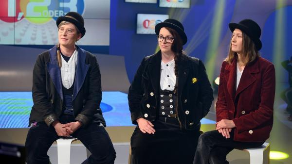 Die Wandergesellinnen Helena, Bätzy und Linda erzählen von ihrer Zeit auf der Walz und was es mit den Knöpfen an ihrer Kluft auf sich hat.    Rechte: ZDF/Ralf Wilschewski