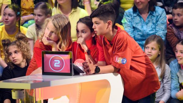Die Kandidaten aus Sofia/Bulgarien warten gespannt auf die nächste Quizfrage.  | Rechte: ZDF/Ralf Wilschewski