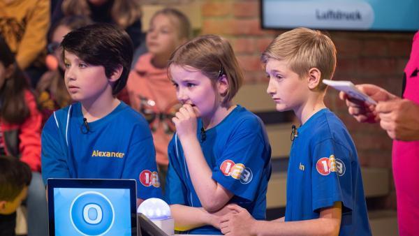 Die Kandidaten aus Augsburg/Deutschland buzzern heute gemeinsam um die nächsten Punkte.  | Rechte: ZDF/Ralf Wilschewski