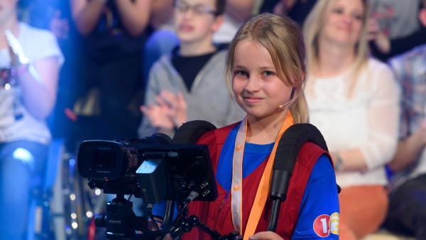 Kamerakind Leonie aus Dettingen/Deutschland führt die Kamera gekonnt durch das Studio. | Rechte: ZDF/Ralf Wilschewski