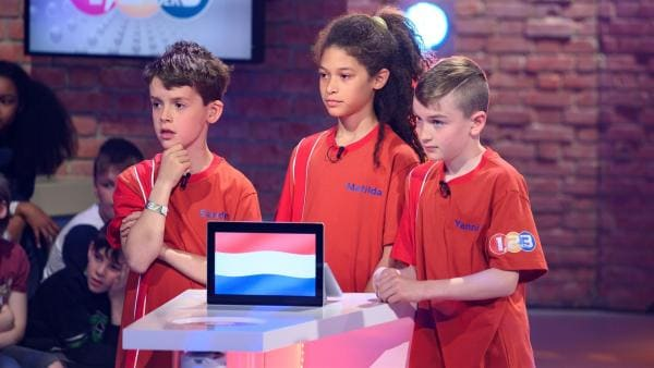 Die Kandidaten aus Den Haag/Niederlande warten gespannt auf die nächste Quizfrage.   Rechte: ZDF/Ralf Wilschewski