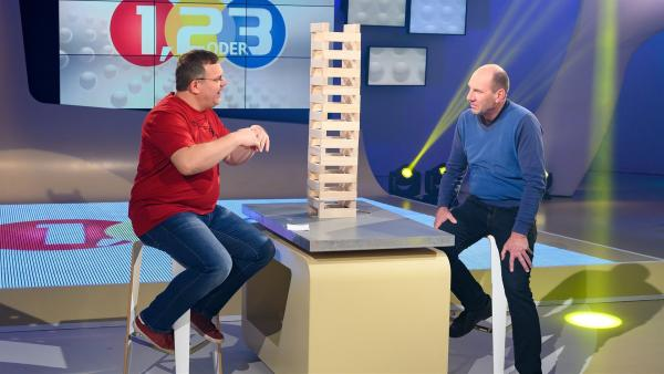 Sprengmeister Eduard Reisch erklärt, wie man Gebäude zielgenau zum Einsturz bringen kann.   Rechte: ZDF/Ralf Wilschewski