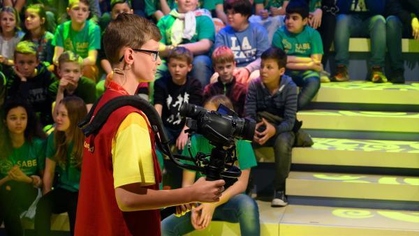 Kamerakind Jakob aus Höhnhart/Österreich hat die Kamera fest im Griff.   Rechte: ZDF/Ralf Wilschewski