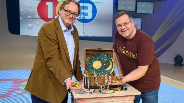 Landesarchäologe Prof. Harald Meller bringt einen ganz besonderen Schatz mit ins Studio  - die Himmelsscheibe von Nebra. | Rechte: ZDF und Ralf Wilschewski