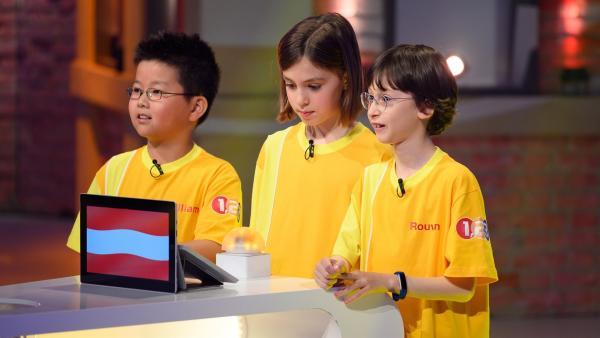 Die Kandidaten aus Wien-Alsergrund/Österreich warten gespannt auf die nächste Quizfrage. | Rechte: ZDF/Ralf Wilschewski