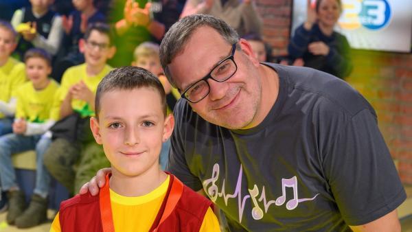 Kamerakind Matthias aus Leonding/Österreich mit Elton. | Rechte: ZDF/Ralf Wilschewski