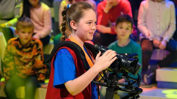 Kamerakind Lucy aus Köln/Deutschland führt die Kamera gekonnt durch das Studio. | Rechte: ZDF/Ralf Wilschewski