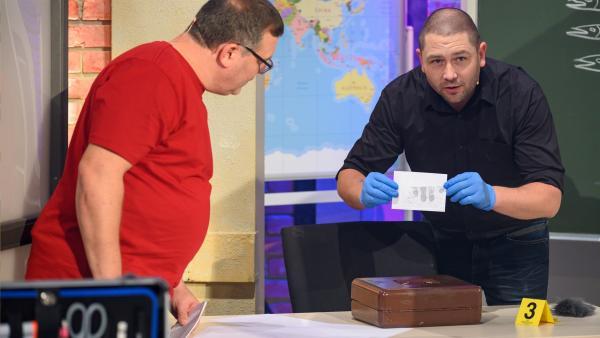 Kriminaloberkommissar Dominic Gillot erklärt, wie er bei einer Ermittlung vorgeht. | Rechte: ZDF/Ralf Wilschewski