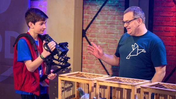 Tolle Tauben - Elton hat eine Menge über diese spannenden Tiere zu erzählen. Kamerakind Lennart aus Battweiler in Deutschland hat mit der Kamera die Tiere gut im Blick. | Rechte: ZDF/Ralf Wilschewski