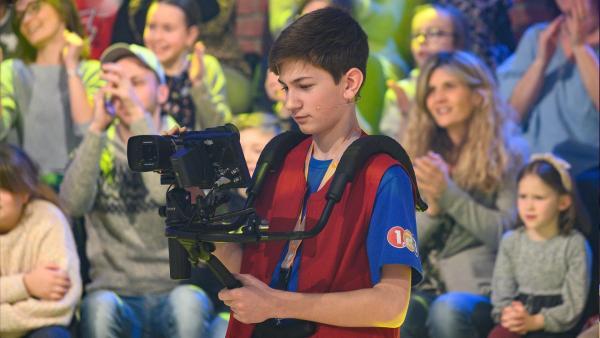 Kamerakind Lennart aus Battweiler, Deutschland hat die Kamera gut im Griff. | Rechte: ZDF/Ralf Wilschewski