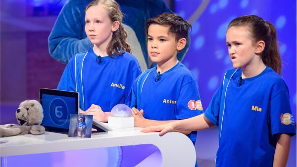 Die Kandidaten aus Saarbrücken in Deutschland warten gespannt auf die nächste Quizfrage. | Rechte: ZDF/Ralf Wilschewski
