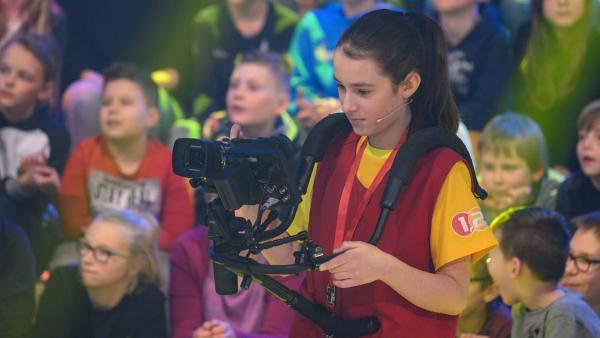 Kamerakind Valentina aus Altach in Österreich führt die Kamera gekonnt durch das Studio. | Rechte: ZDF/Ralf Wilschewski