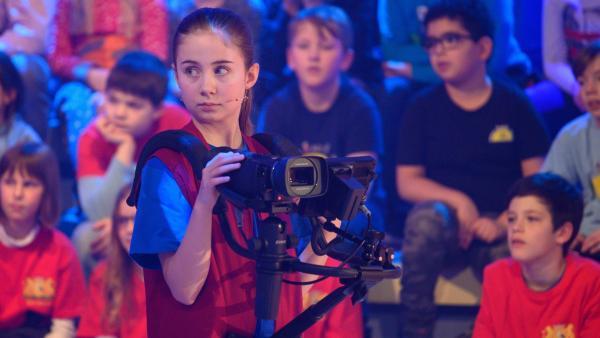 Kamerakind Sophie aus Zorneding in Deutschland schaut sich nach der nächsten Drehgelegenheit um. | Rechte: ZDF/Ralf Wilschewski