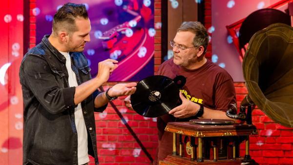 DJ Teddy-O kennt sich nicht nur mit Platten auflegen aus. Im Studio erklärt er, wie Schallplatten hergestellt und die gespeicherten Töne hörbar gemacht werden. | Rechte: ZDF/Nadine Rupp/Ruppografie