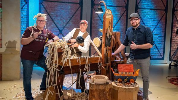Zu Gast im Studio sind die Reifendreher Christan und Andreas Werner, die aus Baumscheiben Spielzeug herstellen. Im Studio stellen sie ihr Handwerk vor. | Rechte: ZDF/Ralf Wilschewski