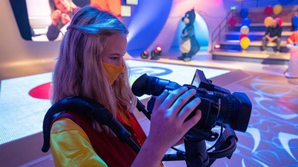 Kamerakind Laura aus Wien/Österreich führt die Kamera gekonnt durch das Studio. | Rechte: ZDF/Ralf Wilschewski