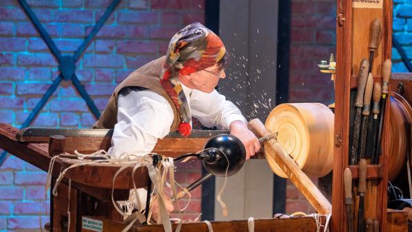 Reifendreher Christian Werner stellt Holzspielzeug aus Baumscheiben her. Im Studio erklären er und sein Sohn Andreas, worauf es beim Reifendrehen ankommt und welches Holz geeignet für das Reifendrehen ist. | Rechte: ZDF/Ralf Wilschewski
