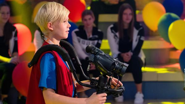 Kamerakind Jannes aus Hamburg/Deutschland führt die Kamera gekonnt durch das Studio. | Rechte: ZDF/Ralf Wilschewski
