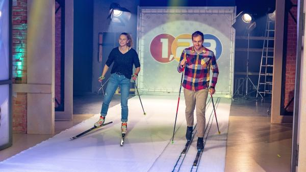 Die Skilangläufer Annika Koch und Sebastian Eisenhut demonstrieren die Lauftechniken beim Skilanglauf. | Rechte: ZDF/Ralf Wilschewski