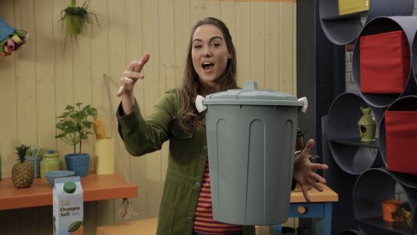 Einen Mülleimer in der Schwebe halten? Melli zeigt, wie es geht.   Rechte: ZDF/Andreas Hagemann