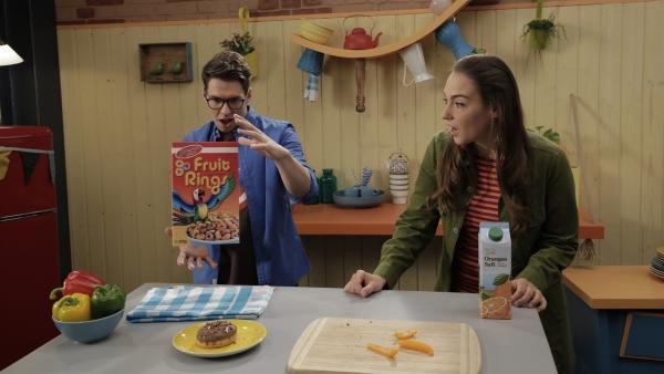 Chaos in der Küche: Christoph und Melli lassen alles fliegen, was ihnen gerade in die Finger kommt. | Rechte: ZDF/Andreas Hagemann