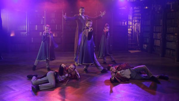 Die ZauberschülerInnen zeigen Magier Tristan, was sie gelernt haben. | Rechte: ZDF/Andreas Hagemann