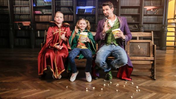 Zauberlehrer Tristan lädt die Zauberschülerinnen Hannah und Diana zu sich ein. Mit Hilfe von Magie zaubert er den beiden einen Becher gefüllt mit Popcorn. Oder liegt das Geheimnis am Becher selbst?   Rechte: ZDF/Günther Pichlkostner