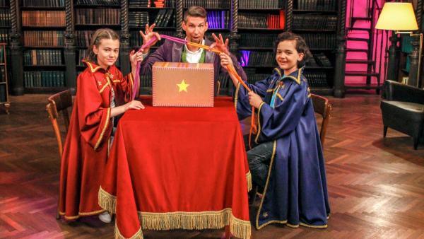 In der Zauberschule führt Zauberlehrer Tristan einen spannenden Seiltrick vor und seine Schüler versuchen, das Geheimnis dahinter zu lüften. | Rechte: ZDF/Andreas Hagemann