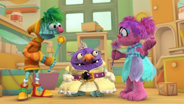 """Heute müssen die Feenschüler Traummichnicht (li.), Blögg (Mi.) und Abby (re.) die Aschenputtel-Prüfung bestehen, um ihre """"Gute-Feen-Flügel"""" zu bekommen.   Rechte: KiKA/Sesame Workshop/SpeakeasyFX"""