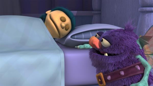 Blögg versucht sich als Zahnfee. Aber es ist ganz und gar nicht einfach, den Zahn unter dem Kissen hervorzuholen, ohne das Kind dabei zu wecken.   Rechte: KiKA/Sesame Workshop/SpeakeasyFX
