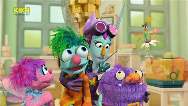 Als Abby (li.) die Superfee (3.v.li.) ihren Freunden vorstellen will, zeigen die nicht das geringste Interesse. Das ist Superfee nicht gewohnt. Mit allen Mitteln versucht sie, Blögg und Traumichnicht auf sich aufmerksam zu machen.   Rechte: KiKA/Sesame Workshop/SpeakeasyFX