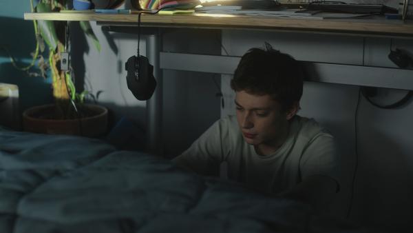 Aaron (Philip Müller) verzieht sich in sein Zimmer und spricht mit seiner Internet-Freundin Nina. | Rechte: KiKA/2021 eitelsonnenschein